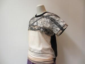 tricot : Tシャツ ¥22050 (ベージュ×黒)