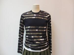 tricot : Tシャツ ¥26250 (カーキ系×紺)