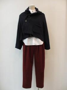 tricot : パンツ ¥27300 (赤/黒)