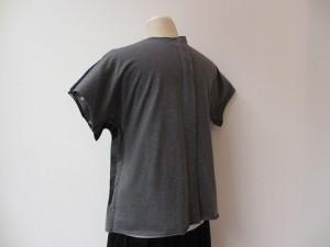 コムコム : Tシャツ ¥23760 (紺×チャコール)