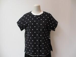 コムコム : Tシャツ ¥23760 (黒×チャコール)