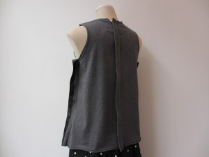 コムコム : Tシャツ ¥23760 (黒×チャコール )