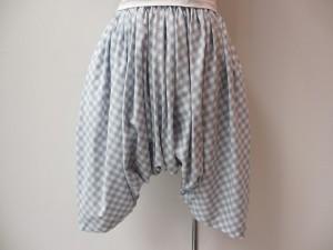 tricot : パンツ ¥33480 (サックス×オフ白)