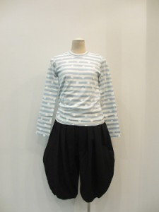 コムコム : Tシャツ ¥21600 (オフ白/ブルー×白)