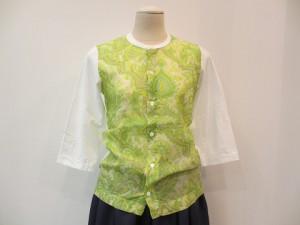 tricot : Tシャツ ¥25920 (グリーン系×白)