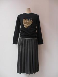 tricot : Tシャツ ¥23760 (黒×イチゴ柄)