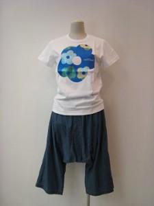 tricot : Tシャツ ¥18360 (白×ブルー)