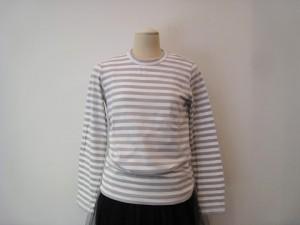 tricot : Tシャツ ¥18360 (グレー×白)