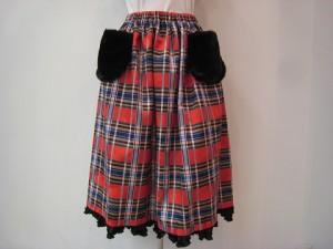 tricot : スカート ¥49500 (赤系)