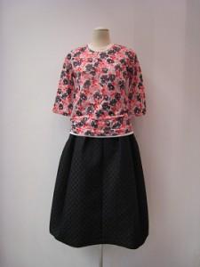 Tシャツ ¥35200 (オフ白/ピンク系)