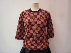Tシャツ ¥35200 (黒/赤系)