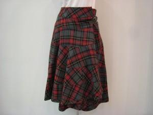 tricot : スカート ¥58300 (グレー/赤)